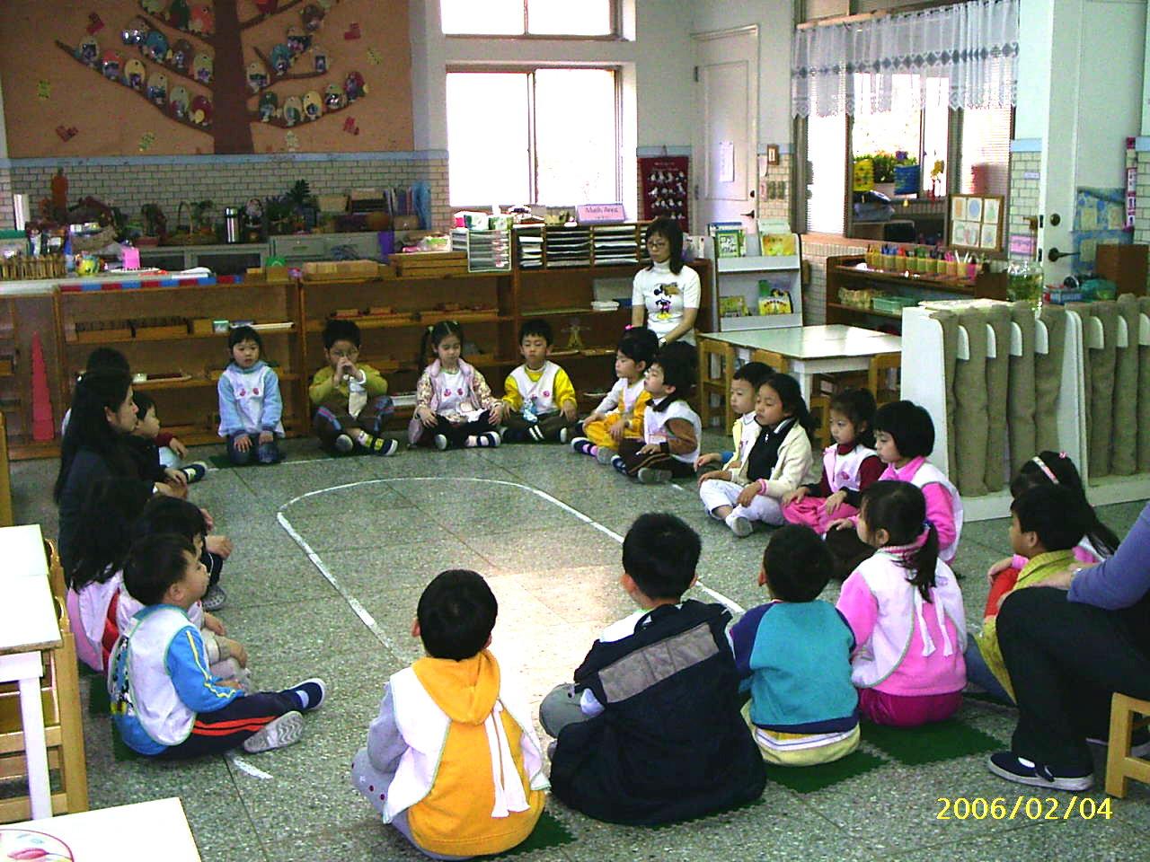 帮助孩子由户外的嘻笑游戏中转换到教室上课的心情,我们以柔和的音乐